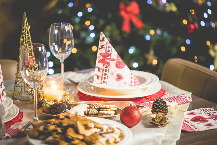 Comment décorer une table de Noël (Guide 2019)
