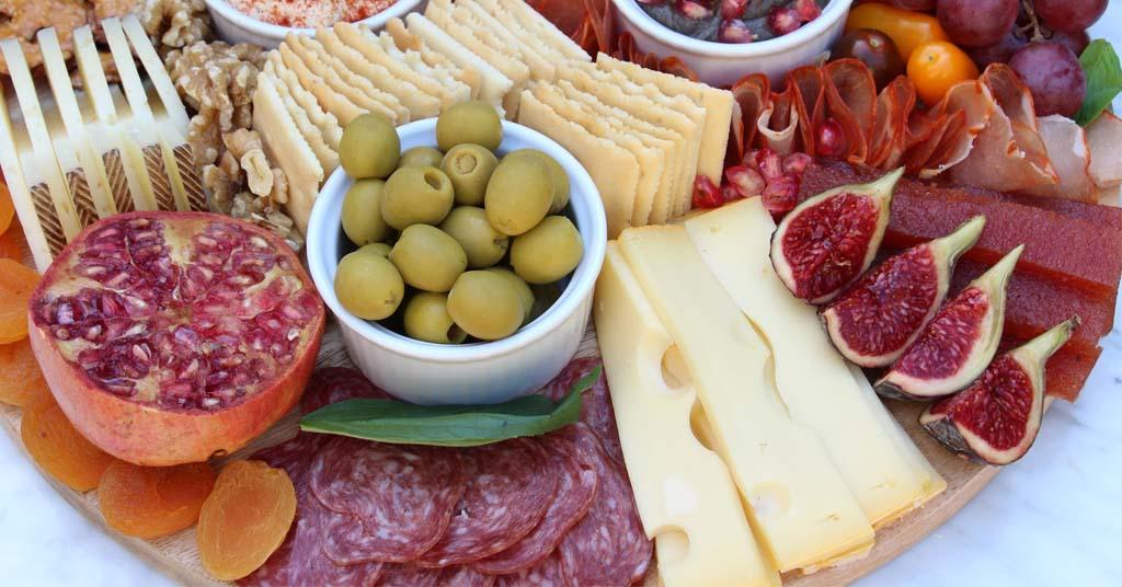 tabla-quesos-y-embutidos-aceitunas